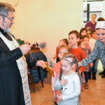 Настоятель благословил и окропил воспитанников детской школы крещенской водой