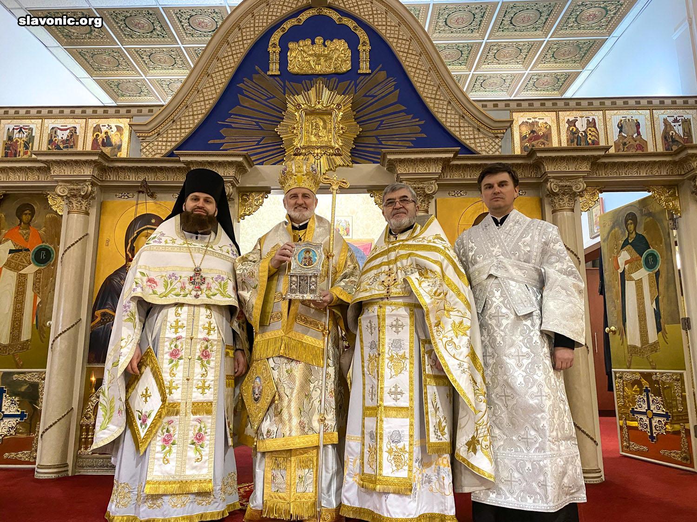 Во время визита в Бруклинский собор архиепископ Елпидофор удостоил клириков богослужебных наград и подарил икону для прихода